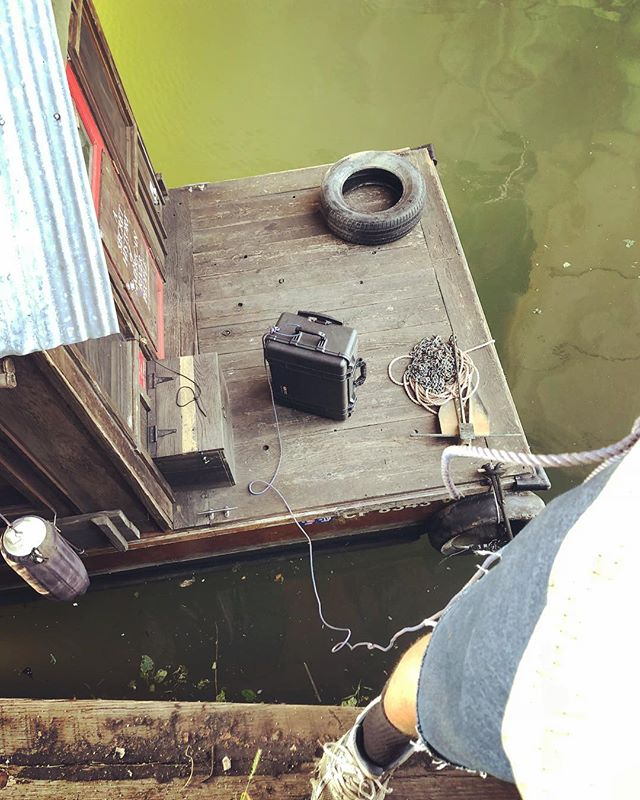 When your houseboat is at low tide far below the top of the bulkhead and you need to bring up the heavy media kit #mcgyver #shantyboat #PulaskiBridge #NewtownCreek #Brooklyn #Greenpoint #NYC