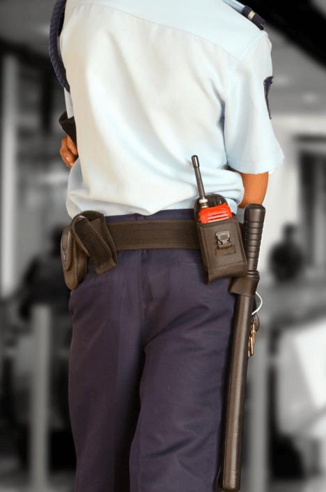 Sicherheitsmitarbeiter mit Schlagstock