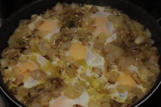 Receta de huevos fritos con cebolla