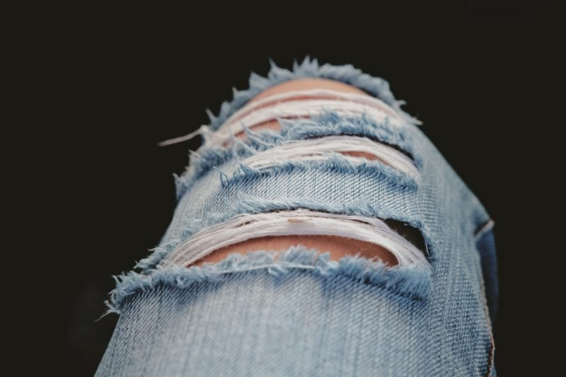 Recicla tus pantalones rotos transformándolos en pantalones cortos