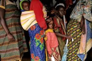 En Benako, los refugiados se hacinaban para recibir su ración diaria de grano. Foto: LUIS DAVILLA.
