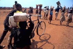 Cientos de miles de refugiados huían despavoridos de las colinas de la masacre ruandesa. Foto: LUIS DAVILLA.