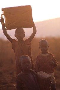 La batalla por conseguir agua en condiciones aceptables se convirtió en una tarea descomunal en los campos de refugiados. Foto: LUIS DAVILLA.