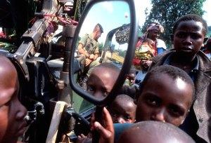 """La Infantería de Marina francesa da inicio a la """"Operación Turquesa"""" en Goma, Zaire, en junio-julio de 1994. Foto: LUIS DAVILLA"""