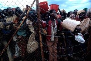La muchedumbre comienza la estampida hacia el Zaire. En dos semanas, más de dos millones de desplazados habrán cruzado la frontera. Foto: LUIS DAVILLA.