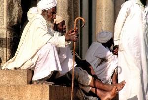 Foto: LUIS DAVILLA. Ancianos en la escalinata de la mezquita de Asmara.