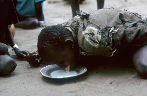 A la desesperada, trataban de suministrarle algo de leche enriquecida a los recién llegados que huían de los combates. (Foto: LUIS DAVILLA)