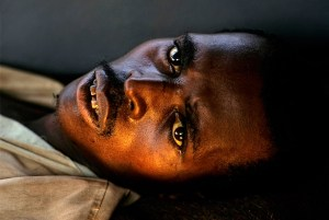 Refugiado ruandés en la frontera con el Congo (Foto: LUIS DAVILLA)
