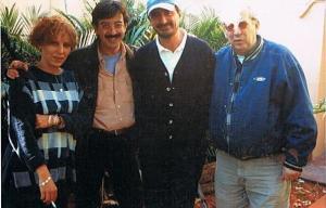 De dcha a izqda, el escritor cubano Norberto Fuentes, Carlos Herrera, este boniato y la hermana del escritor. (Foto: LUIS DAVILLA)