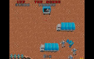 Commando Atari ST  los camiones azules traen más soldados enemigos.