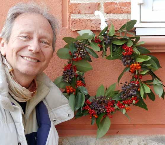 Decoraciones y manualidades navideñas: cómo hacer una corona DIY con detalles naturales