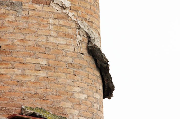 Chimeneas industriales en ruinas abandonadas y con peligro evidente