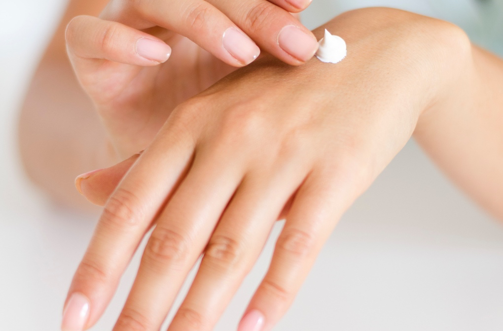 1020 - applying-body-body-lotion-286951