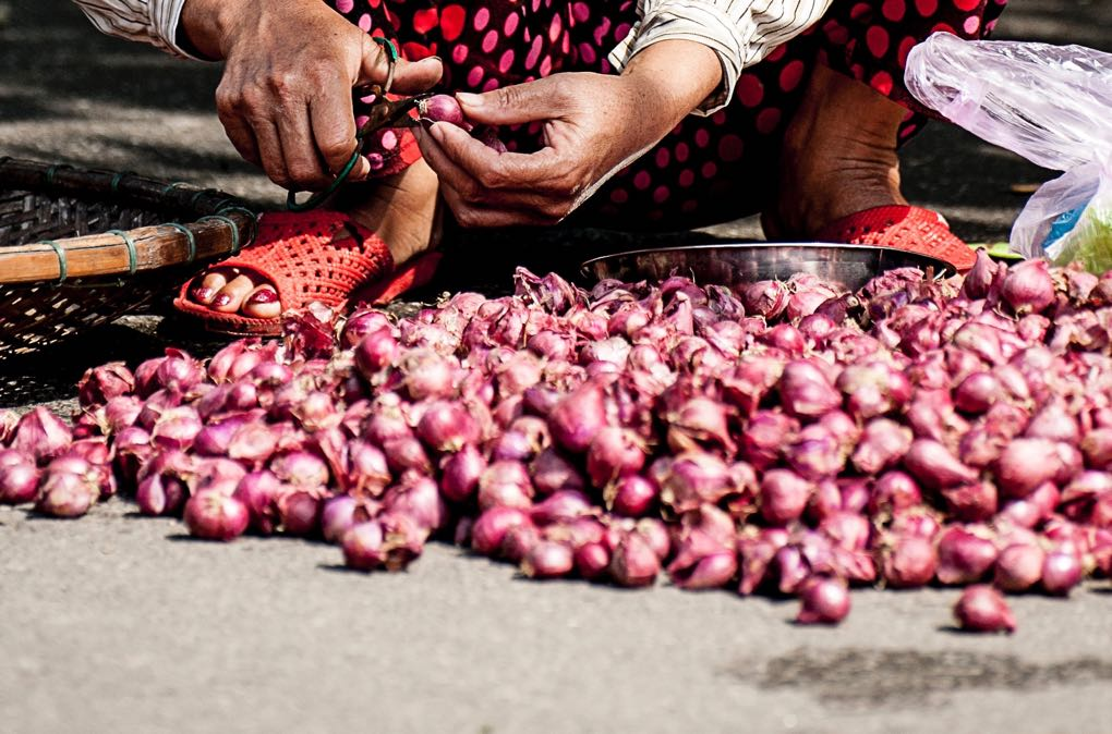 Photo of shallots on the ground as an example of nutritional benefits of shallots
