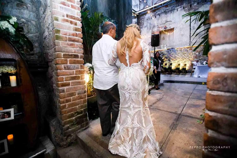 Johanna entrando a su boda civil en todo color