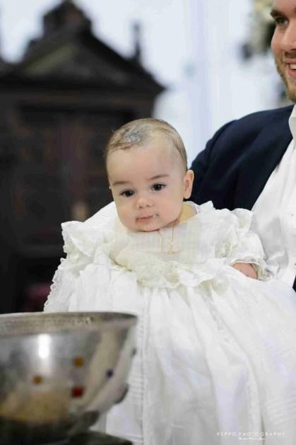 Rafael viendo la pila bautisma