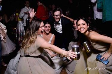 Invitados bailando con el novio