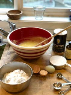 Mix sugar, butter, eggs and vanilla