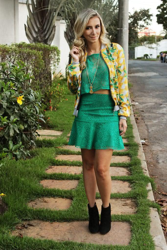 look-para-copa-do-mundo-brasil-jaqueta-bomber-amarela-tucano-conjunto-cropped-saia-renda-verde