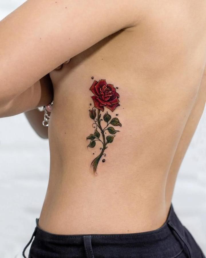 Tatuagem Feminina 2022 na barriga