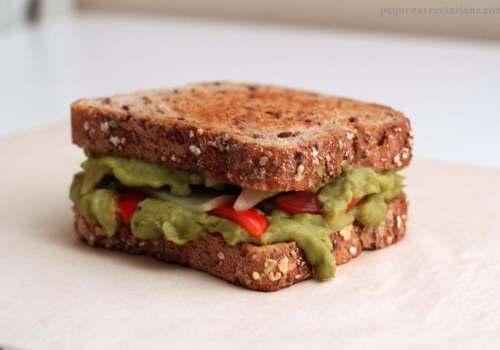 Sanduiche de abacate, tomate e queijo mozzarella