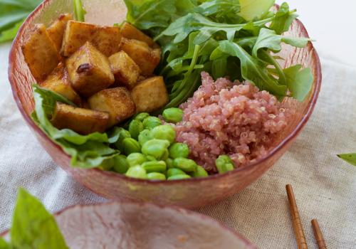 Tigela buda com quinoa rosada e tofu caramelizado com gengibre