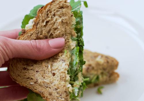 Sanduíche vegano com recheio de grão de bico e folha de erva doce