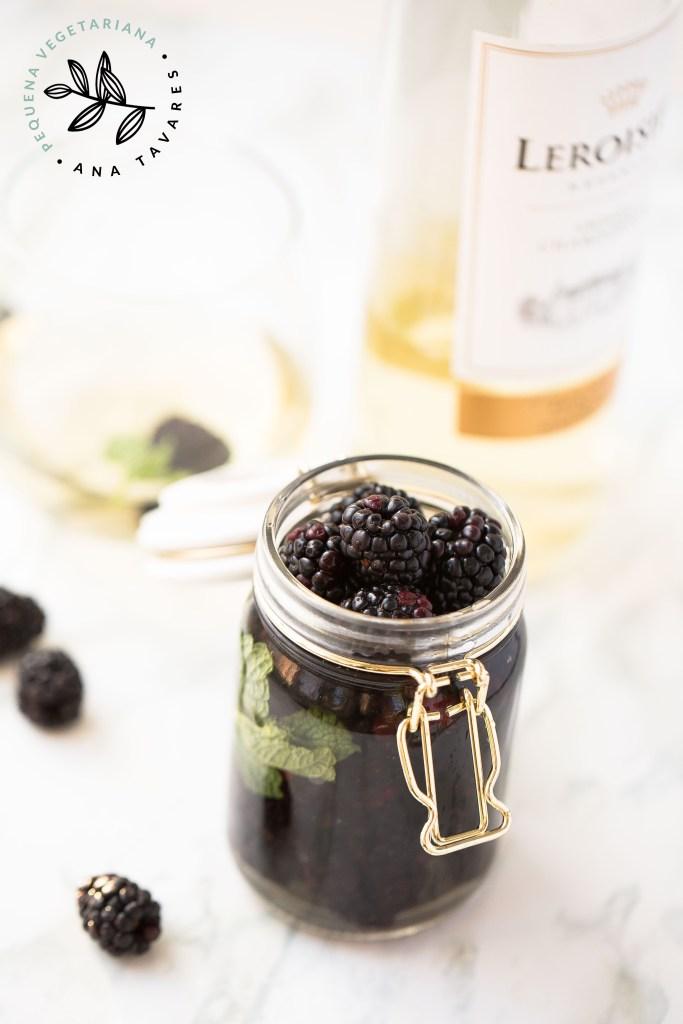 Amoras al chardonnay, pequena vegetariana, ana tavares, amoras com vinho, receita, vegan, sobremesa sofisticada, amora, vinho chardonnay