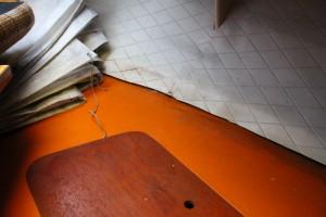 Vannet renner ned under det hvite trekket og ut på sittebenken før det ender på dørken.