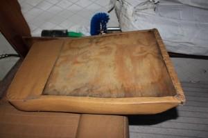 En av sofaputene akter som jeg tok mål av. Kanksje må jeg bytte ut treverket også?