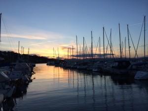 Oksval båthavn i solnedgang.