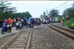 Pengguna Jalan Miris Melewati Rel Kereta Api Rusak Tak Kunjung Diperbaiki