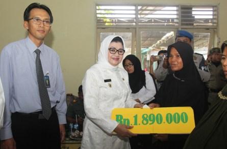 Bupati Subang Imas Aryumningsih Lantik Pjs Desa Ciberes dan Launching Pencairan Non Tunai PKH 2