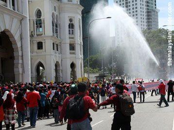 Perarakan protes air disekat polis, FRU lepaskan gas pemedih mata