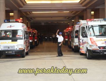 Najib lancar 11 unit ambulans Kelab Putera 1Malaysia