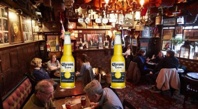Corona: Englænderne går på pub, mens danskerne går i panik