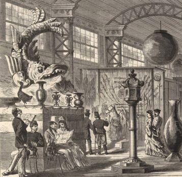Gravure montrant le shachihoko lors de l'exposition universelle de Vienne 1873. Des visiteurs circulent au milieu de divers pièces de mobiliers japonais
