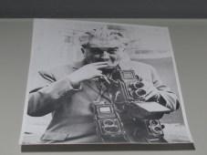 Portret Toše Dabca s Rolleiflex aparatima, snimio Nikola Marušić, 1968.