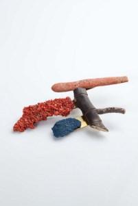 Eva Lumezi Šimatović - Le Corbusier broš (mesing, korijen biljke, plastika, guma, tartan), foto: Mario Majcan