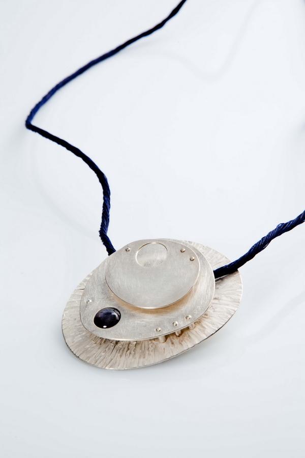 Isabelle Bianchi Marchesseau - Ploumanac'h ogrlica (srebro, rubin star), foto: Mario Majcan