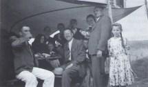 Ivan Generalić (pije gverc na proščenju u Hlebinama 1942.) s rodbinom i prijatejlima