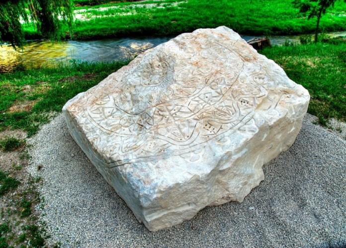"""Javna skulptura """"Pečat"""" - kamen, pravilna paška čipka uklesana u nepravilnu hrapavu površinu kamena iz kamenoloma sv. Margarete, Trausdorf um Wulke, Austrija, 2012."""