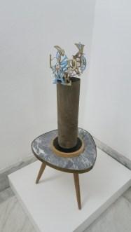Bouquet suvišnih riječi; nađeni otpadni predmeti, drvo, metal, staklo, karton, 2005.