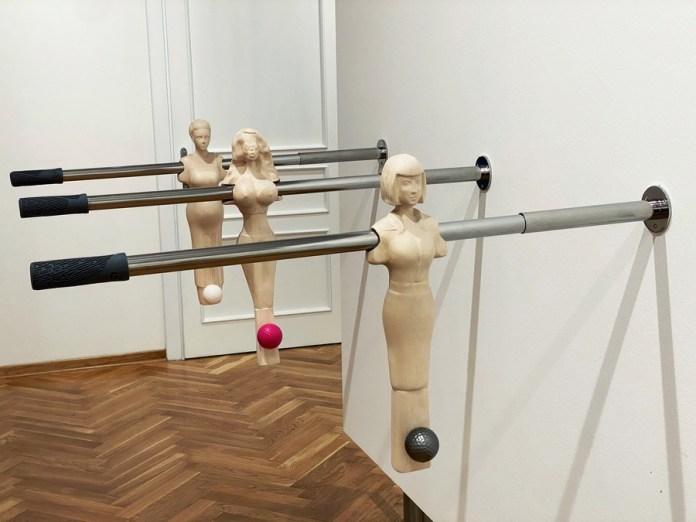 Milena Jovićević - Opet muške igre, drvo/metal/plastika, 50x10x100cm, 2020.