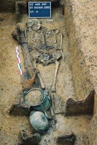 Tomba maschile in fase di scavo