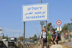 Daria Wojtek pod tabliczką Jerozolima