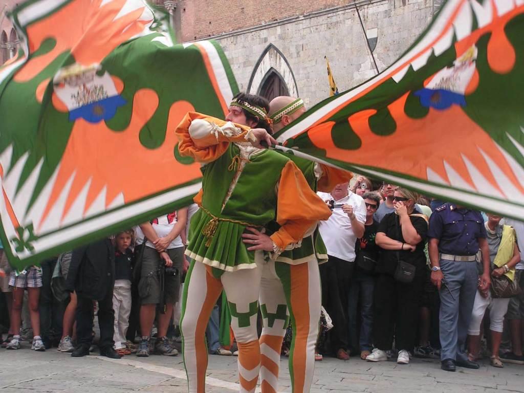 pomarańczowe sztandary Siena
