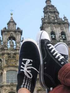 pod katedrą - świeże trampki na nogach