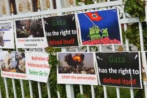 Plakaty sprzeciwiające się działaniom Izraela