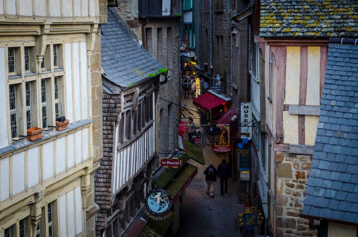 Wąska uliczka twierdzy Mont Saint Michel
